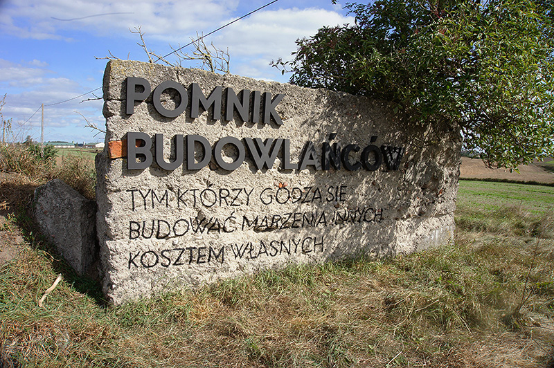 parasite-the-builders-monument--pasozyt-pomnik-budowlancow--nowe-miasto-lubawskie-polska-poland--1