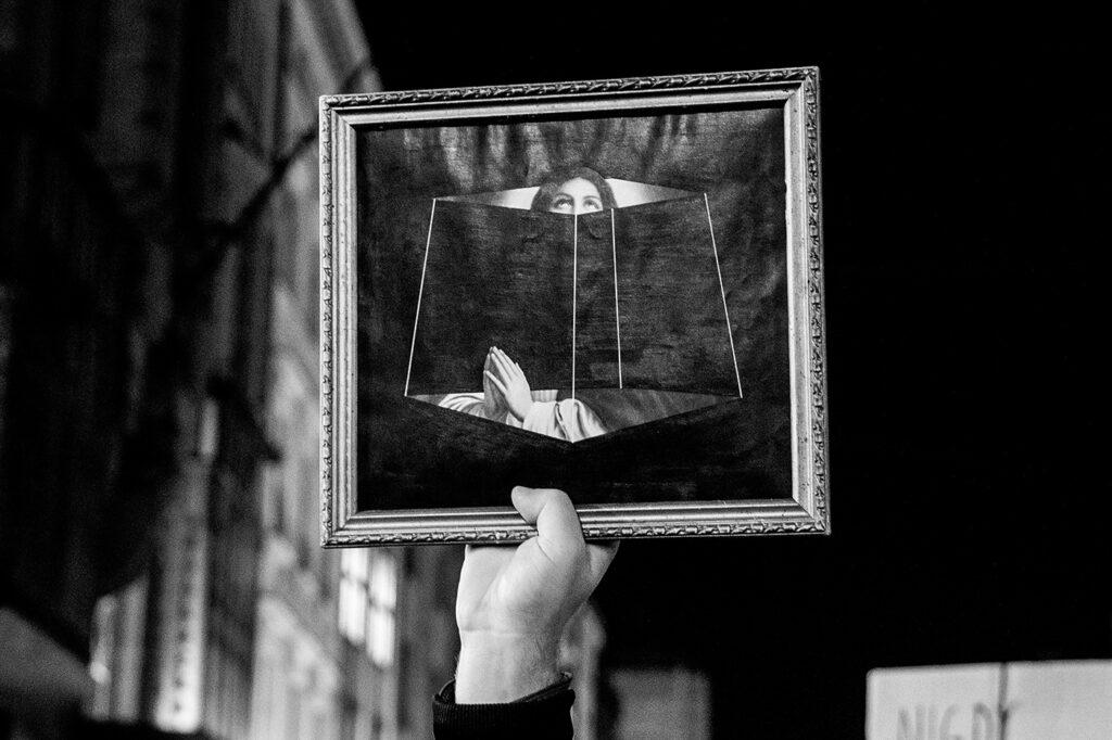 2020-10-23--Czarny spacer z czarnymi parasolkami - fot Marek Krupecki - 02-torun