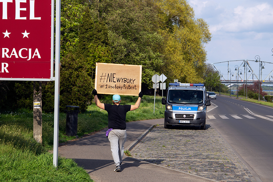 NIEwybory, jednoosobowy protest przeciwko bezprawnemu głosowaniu korespondencyjnemu Toruń, 3-8.05.2020, fot. Marek Krupecki